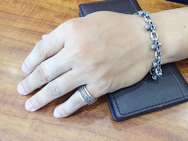 Chuyên gia phong thủy khuyên đàn ông nên đeo nhẫn bạc như thế nào?