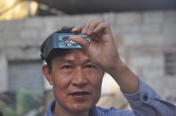Để kiểm tra chất lượng của từng viên đá, những người buôn lâu năm có thể dựa vào kinh nghiệm, mắt thường