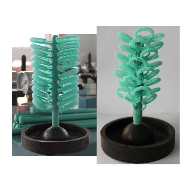 Những mẫu khuôn sáp được gắn vào một trụ đứng gọi là cây thông. Gắn cực khéo léo để vừa tiết kiệm diện tích nhưng không được liền nhau.
