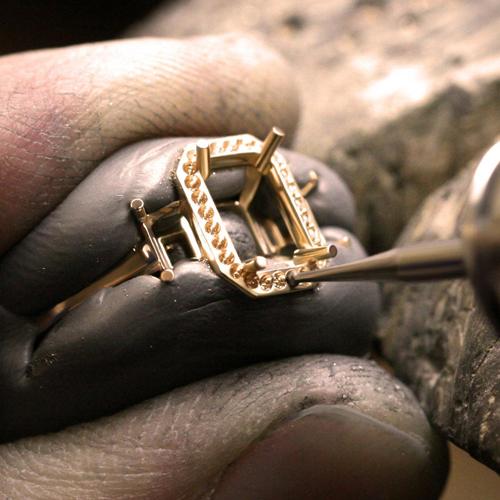 Làm nhẵn, làm sáng và đính đá là những công đoạn cuối cùng để tạo nên những món trang sức bạc cao cấp