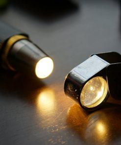 Đèn pin siêu sáng, ánh sáng gom nhỏ, dùng để soi kiểm tra đá quý, cẩm thạch, kim cương, giúp quan sát kỹ các chi tiết nhỏ, vân, rạn của đá,…