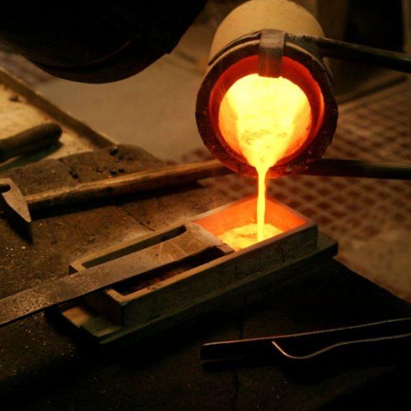 Kim loại nóng chảy được đổ vào khuôn thạch cao làm tan chảy khung sáp và tạo thành khung hình dạng thô của sản phẩm