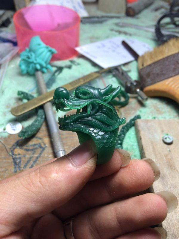 Sản phẩm nhẫn bạc nam hình đầu rồng đẳng cấp được làm bằng tay. Độ tinh xảo cực cao với phần râu và vảy rồng tinh tế