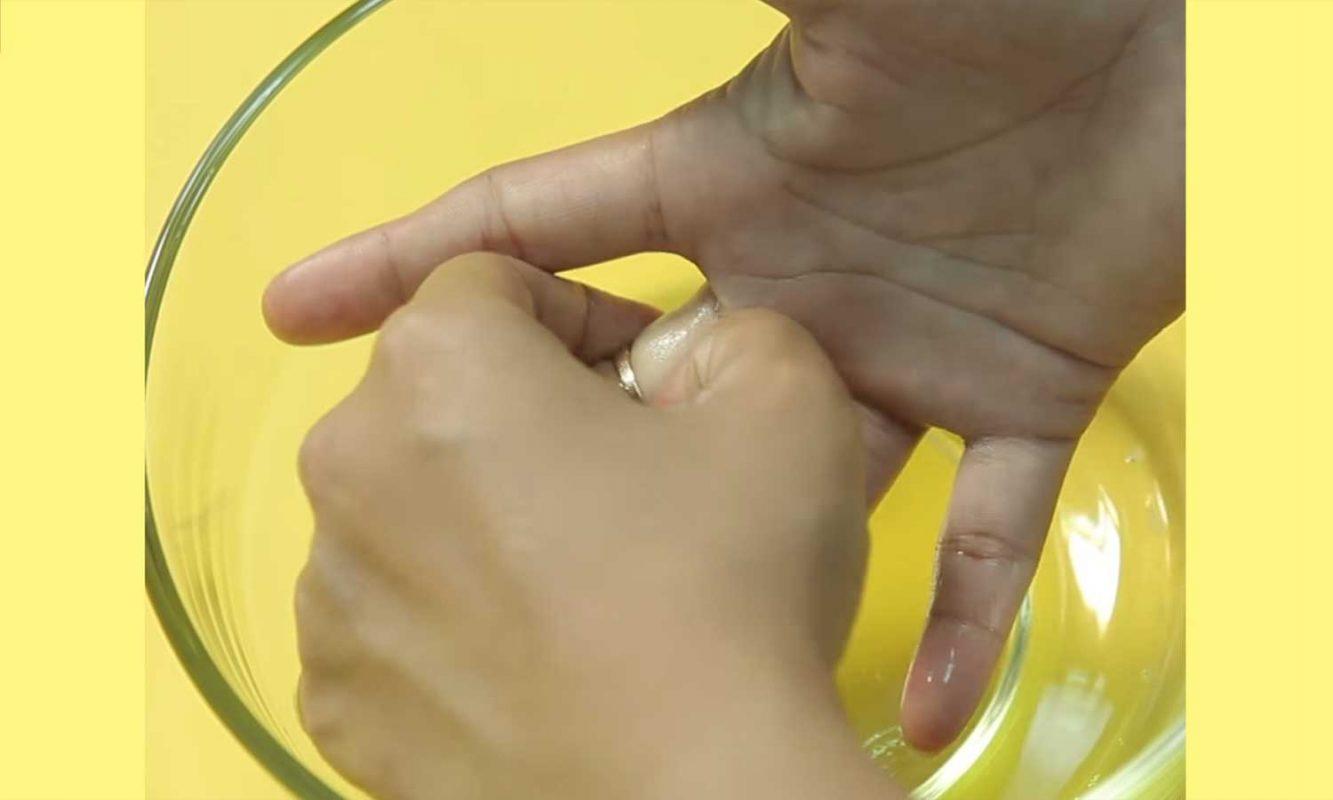 Sử dụng xà phòng bôi trơn để tháo nhẫn bạc bị kẹt